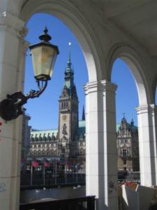 Alsterarkaden und Rathaus